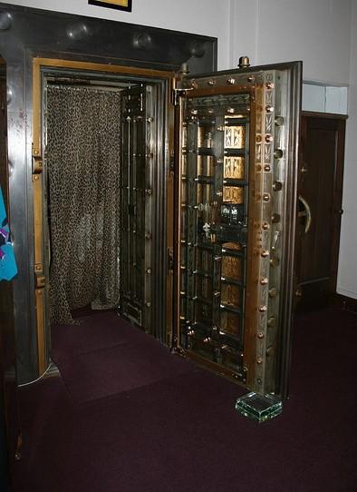 Bank Vault Doors : Ten incredible repurposed bank vaults recyclenation